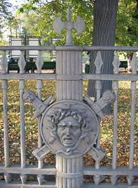 Голова Медузы на ограде Летнего сада