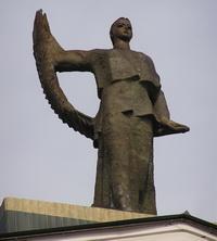 Фигура на фронтоне театра в Донецке